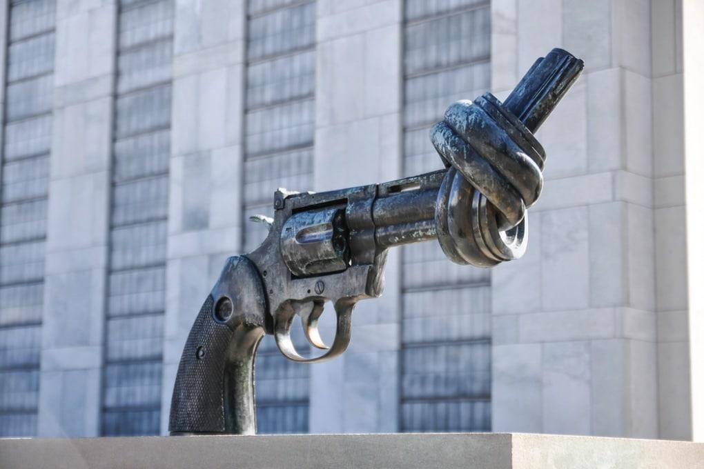 Una scultura intitolata ''Non Violenza'', davanti ai quartieri generali delle Nazioni Unite a New York.